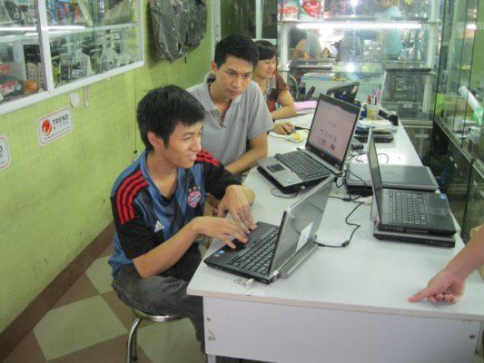 Người Dùng Nên Thận Trọng Trước Khi Mua Một Chiếc Laptop Cũ. Ảnh: Genk